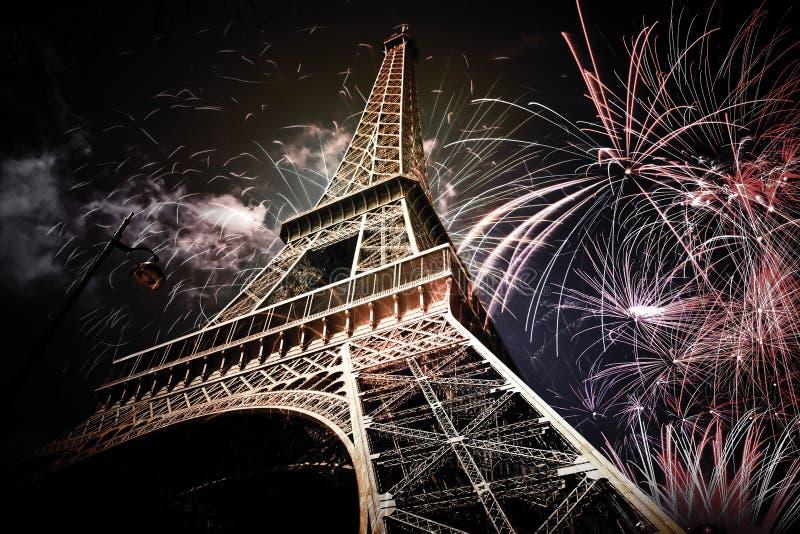 Wieża Eifla & x28; Paryż, France& x29; z fajerwerkami zdjęcie stock