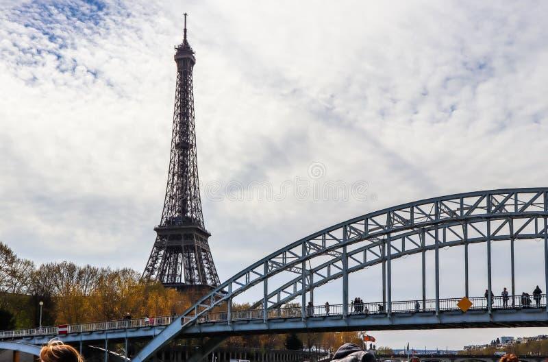 Wieża Eifla przeciw niebieskiemu niebu z chmurami Passerelle Debilly i zwyczajnym mostem nad wonton rzeką Paris france Kwiecie? 2 zdjęcie royalty free