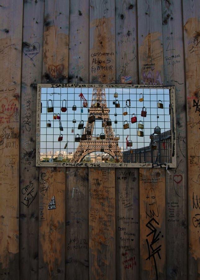Wieża Eifla przez naturalnej granicy zdjęcia royalty free
