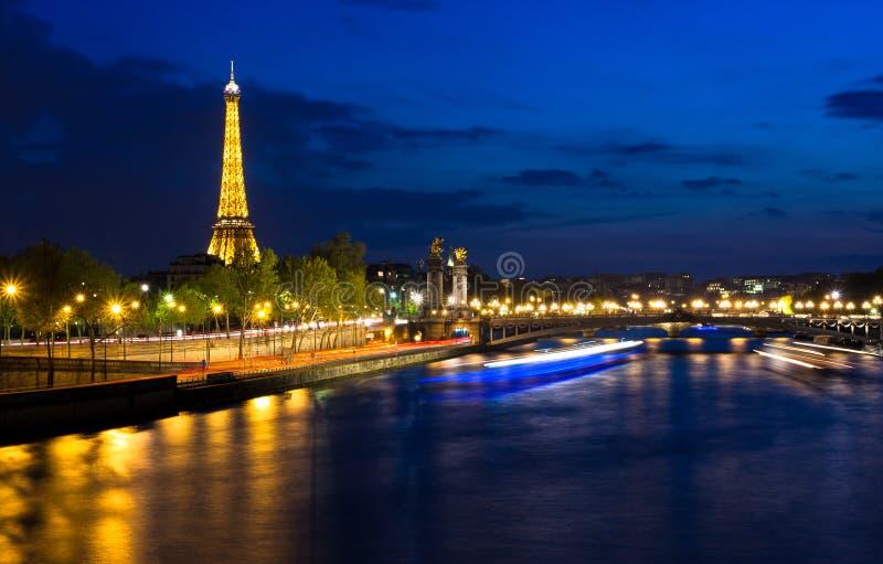 Wieża Eifla przy nocą. Paryż nocą, Francja. zdjęcie royalty free