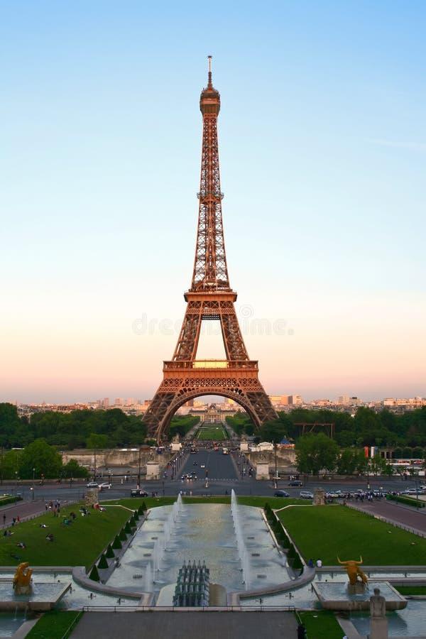 Wieża Eifla przy półmrokiem, Paryż, Francja obraz royalty free
