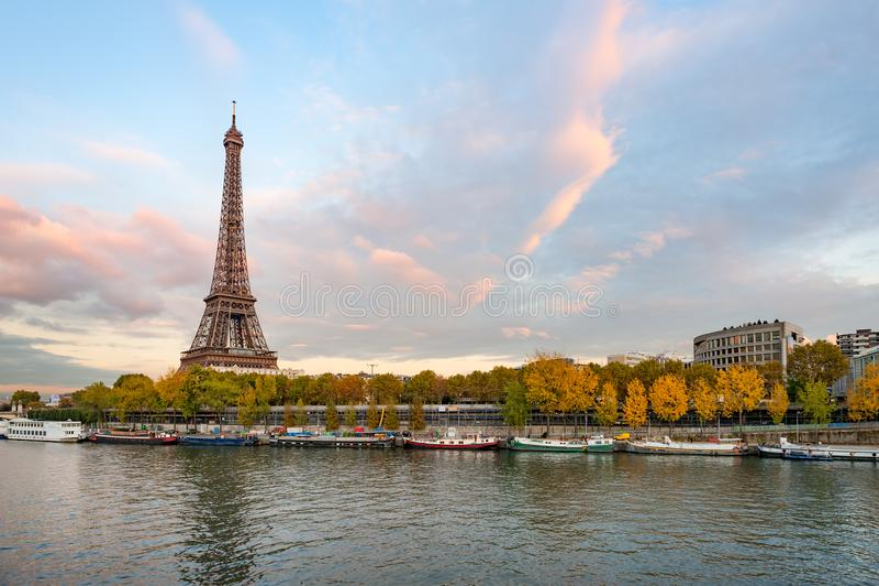 Wieża Eifla przy półmrokiem w Paris z rzecznym wontonem w przedpolu zdjęcia stock