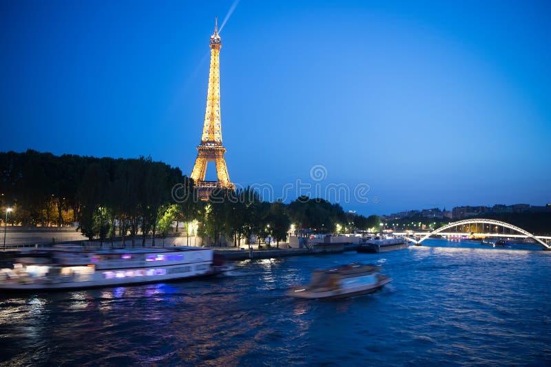 Wieża Eifla przy zmierzchem w Paryż, Francja Romantyczny podróży tło obrazy stock
