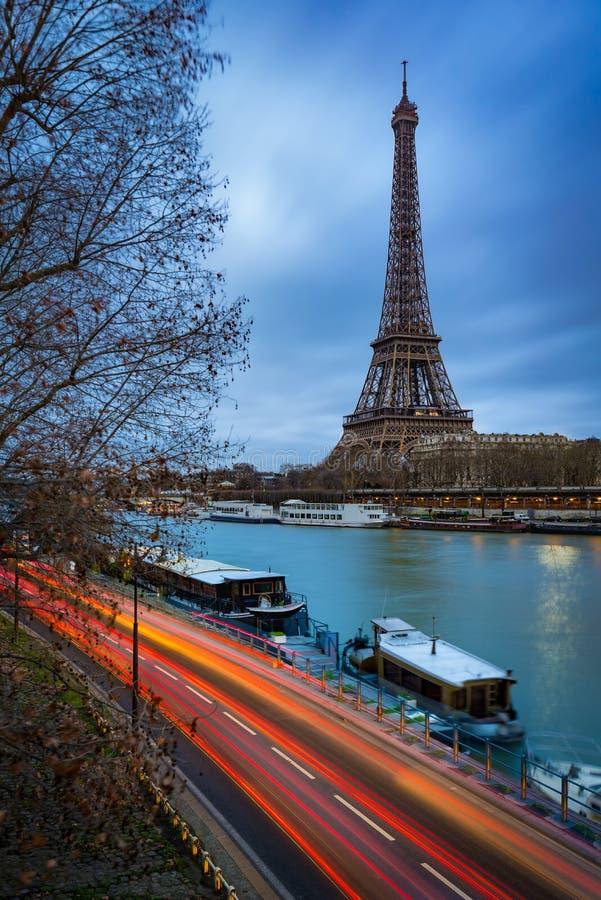 Wieża Eifla przy zmierzchu i wontonu rzeką, Paryż zdjęcia royalty free