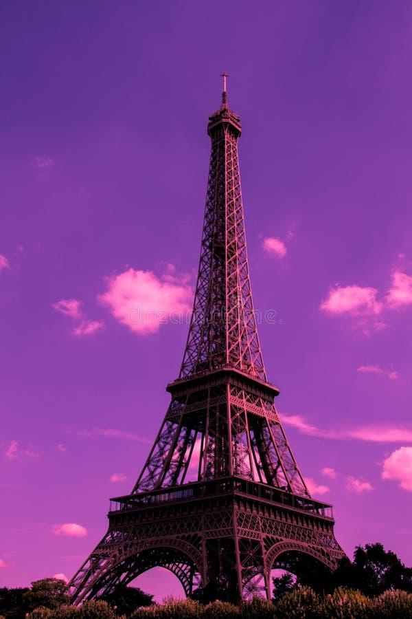 Wieża Eifla sylwetkowa przeciw nadfioletowemu niebu zdjęcia royalty free