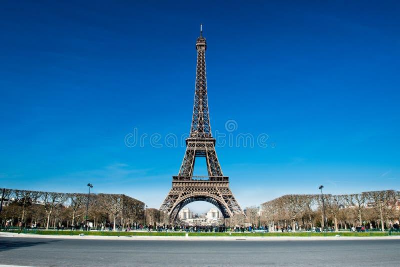 Wieża Eifla w turyście z sezonu obrazy stock
