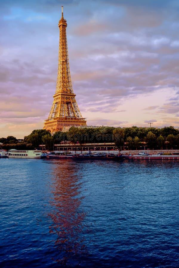 Wieża Eifla z dramatyczną wieczór lekką i silky wonton rzeką fotografia royalty free