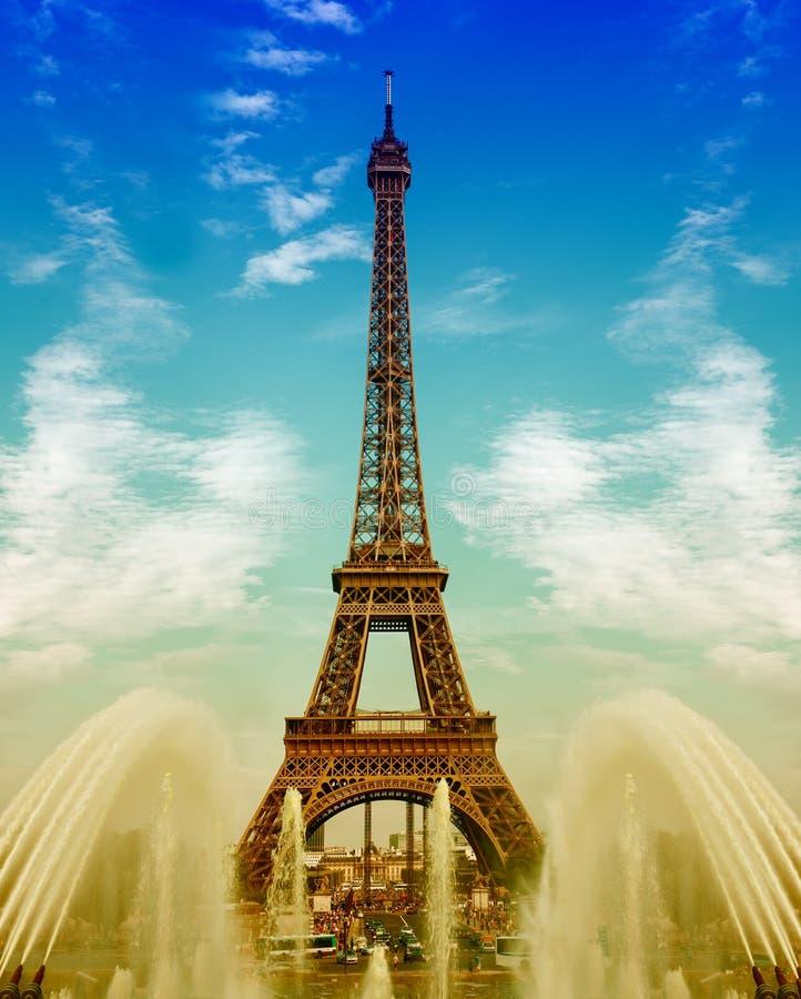 Wieża Eifla z fontannami nad chmurnym niebieskim niebem zdjęcie royalty free
