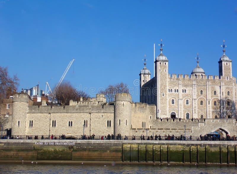 Wieża Londynu wzdłuż brzegu rzeki Tamizy obraz stock