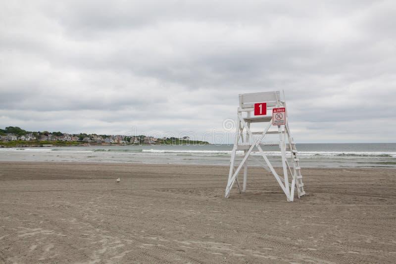 Wieża obserwacyjna na pustej plaży w Middletown, Rhode - wyspa, usa zdjęcie royalty free