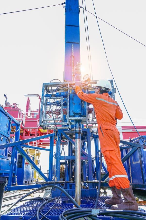 Wieża wiertnicza pracownik sprawdza najpierw i utworzenia dziurkowanie produkci ropa i gaz well odgórnej strony narzędzia dla zba zdjęcie royalty free