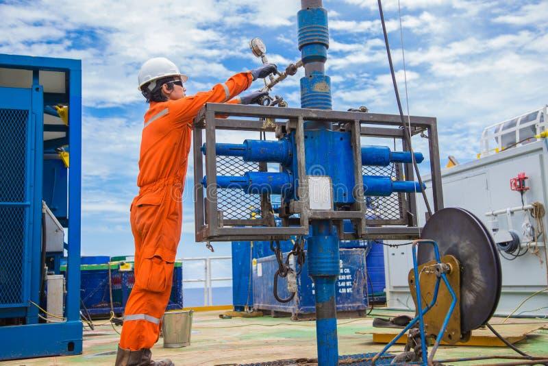 Wieża wiertnicza pracownik sprawdza najpierw i utworzenia dziurkowanie produkci ropa i gaz well odgórnej strony narzędzia dla zba obrazy stock