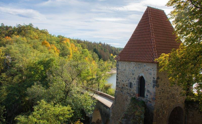 Wieża zamkowa wyższa od wierzchołków drzew obrazy stock