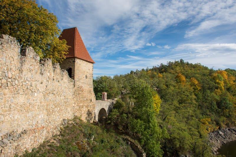 Wieża zamkowa wychodzi z lasu zdjęcie royalty free
