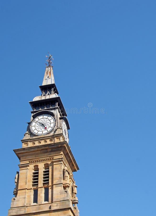 wieża zegarowa XIX-wiecznego budynku atkinsona w południowym merseyside przeciwko niebieskiemu letniemu niebu obrazy stock