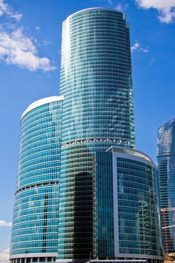 wieżowiec błękitne niebo. obrazy stock