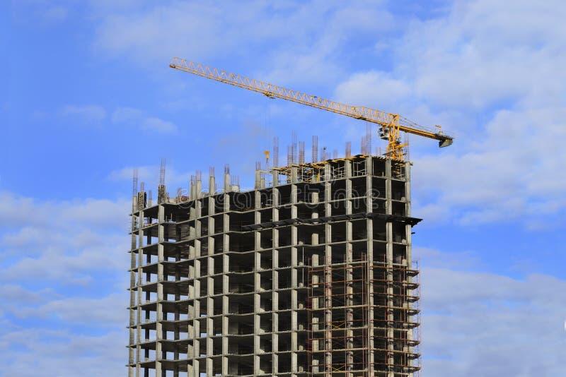 Wieżowiec w budowie i dźwigowy zdjęcie stock