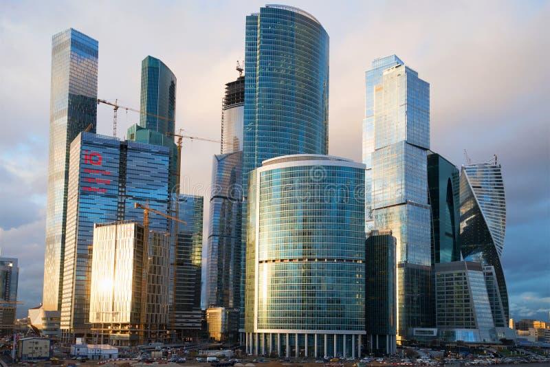 Wieżowowie centrum biznesu Moskwa miasto, evening w Kwietniu Rosja obraz royalty free