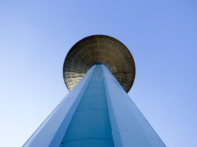 Wieży ciśnień horyzontalna wielka perspektywa z niebieskim niebem obrazy royalty free