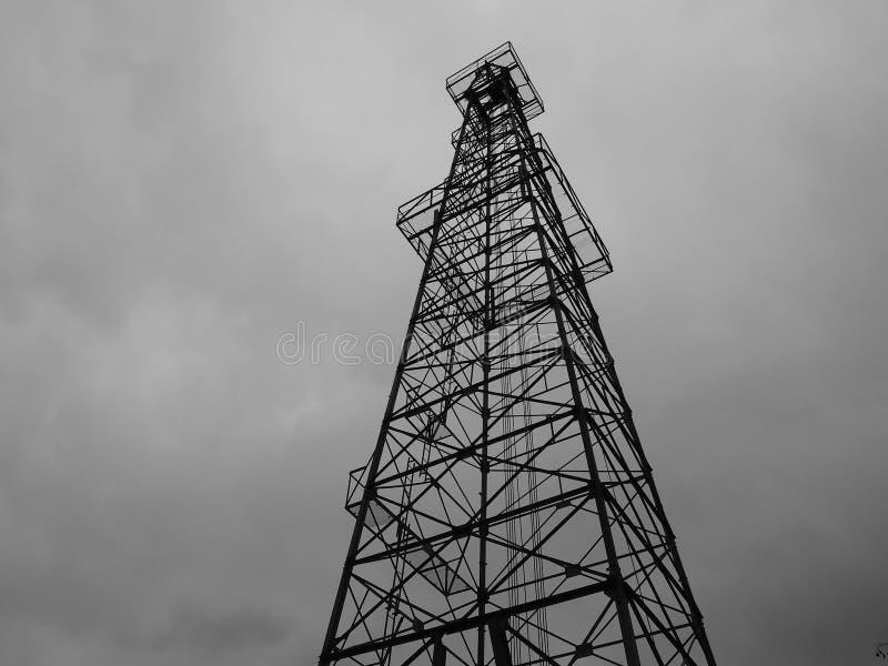 Wieży wiertniczej sylwetka fotografia stock