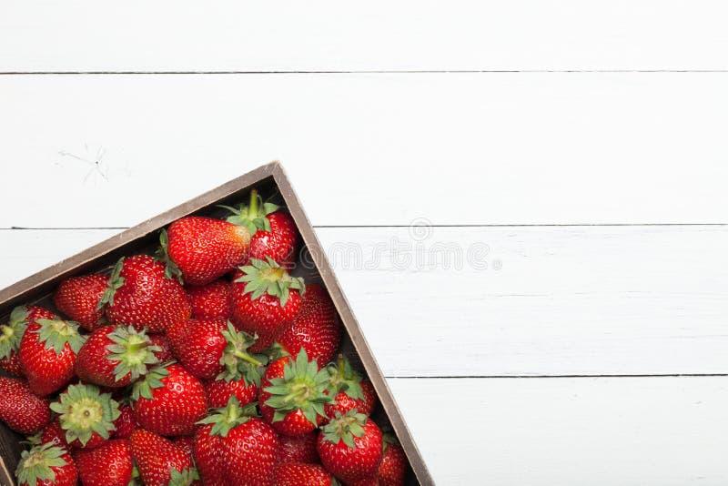?wie?a czerwona truskawka na drewnianym stole, organicznie owoc Odbitkowa przestrze? dla teksta obrazy stock