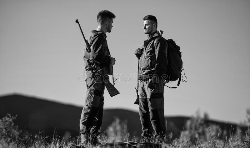 Wie Drehungsjagd in Hobby Kerle, die Naturumwelt jagen Jagdsaison Männliche Hobbytätigkeit Männer bärtig lizenzfreies stockbild