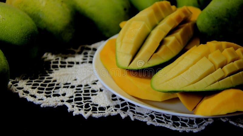 ?wie?e owoce Zielony I Dojrza?y Mongo Z Czarnym t?em zdjęcia royalty free