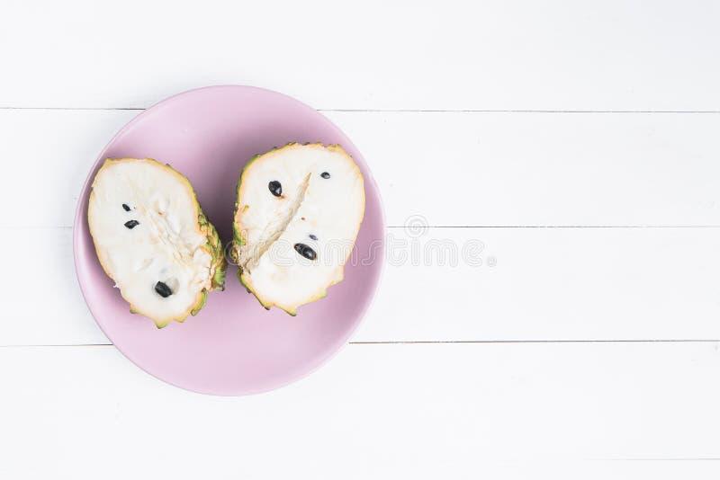 ?wie?a egzotyczna tropikalna owoc Dwa halfs odizolowywaj?cego na bia?ym tle custard jab?ko, annona cherimoya zdjęcie stock