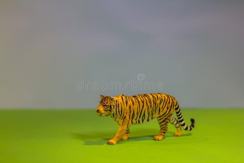 Wie ein wirklicher Tiger Spielzeugtiger auf einem hellen Studiohintergrund Eco-Spielwaren stockfotografie