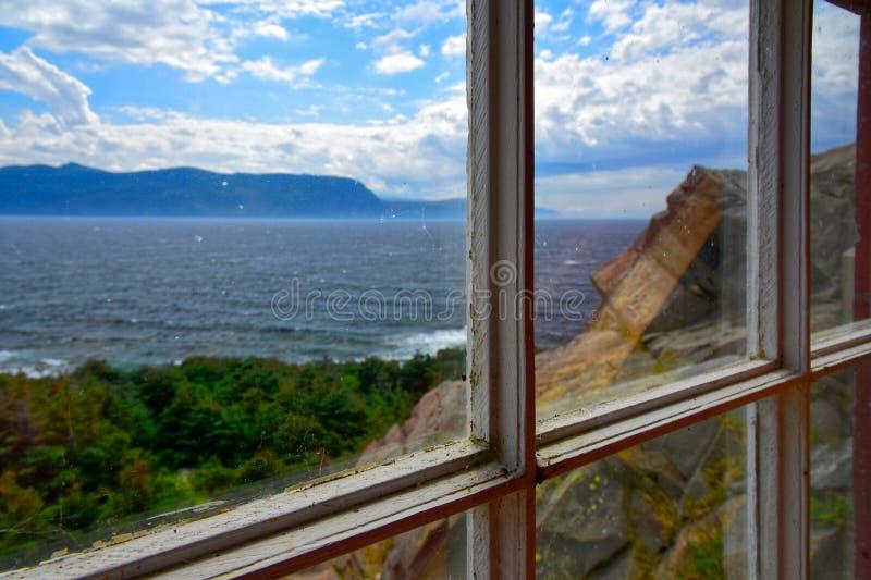 Wie gesehen durch ein Fenster, Hummer-Bucht-Hauptleuchtturm, Neufundland, Kanada stockbilder