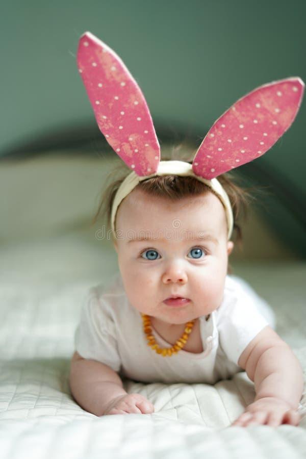 Wie Häschen Nette Kinder in der Osterhasenart Kleine Kinder in den Osterhasenstirnbändern Kleine Kinder stockbilder