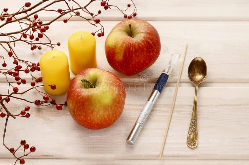 Wie man Apfel und wilde rosafarbene Kerzenhalter macht stockfoto
