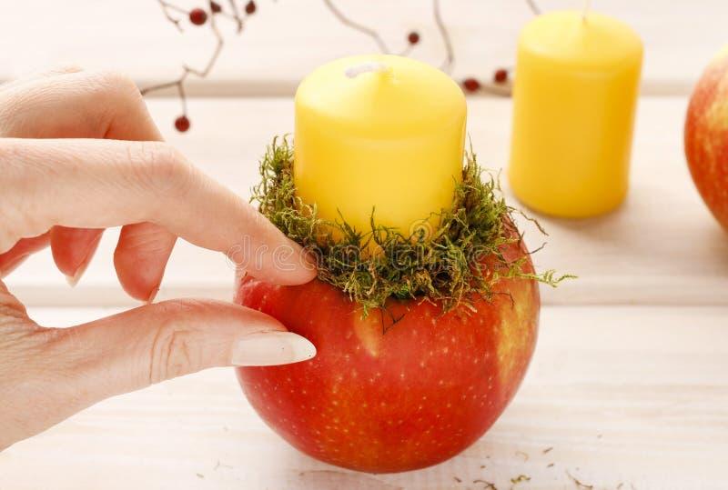 Wie man Apfel und wilde rosafarbene Kerzenhalter macht lizenzfreies stockbild