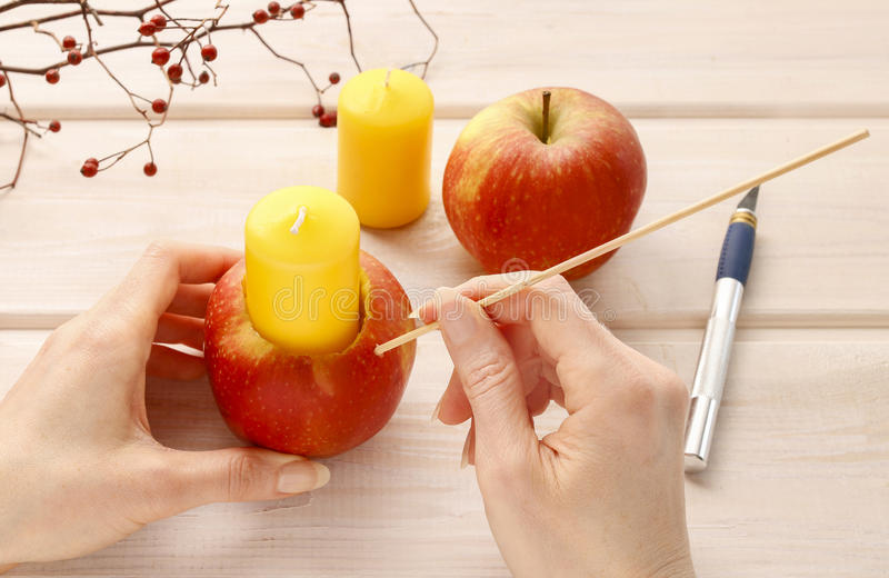 Wie man Apfel und wilde rosafarbene Kerzenhalter macht stockbild