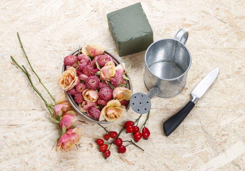 Wie man Blumengesteck in der Weinlesegießkanne trifft lizenzfreie stockbilder
