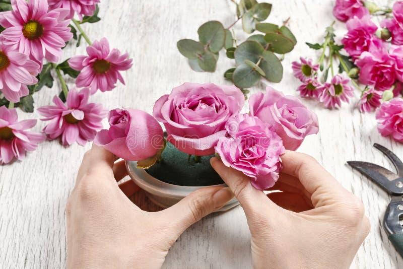 Wie man Blumengesteck (Tabellenmittelstück) mit stieg, Ca trifft lizenzfreie stockfotos