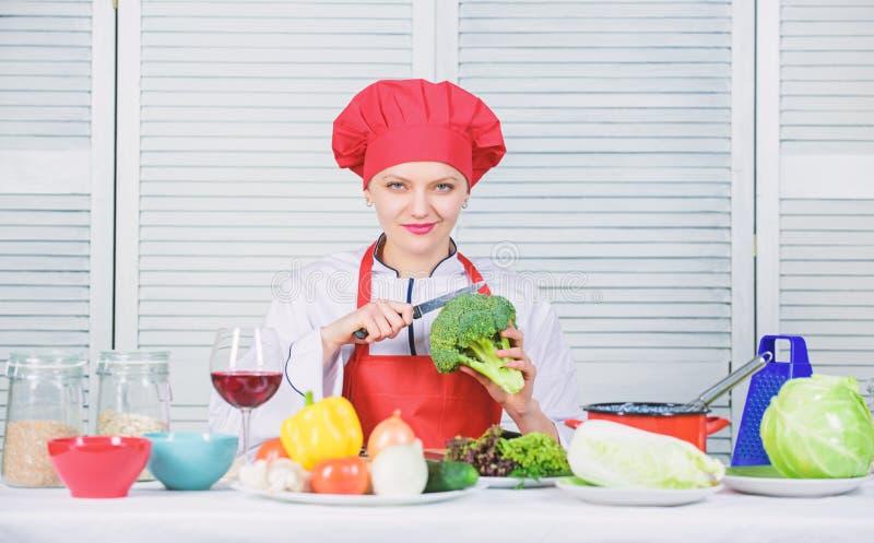 Wie man Brokkoli kocht Machen Sie Brokkoli zu Lieblingsbestandteil Brokkolinahrungswert rohe Lebensmitteldi?t Frau lizenzfreies stockfoto
