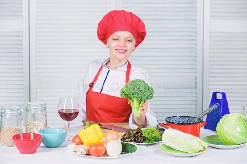 Wie man Brokkoli kocht rohe Lebensmitteldi?t Brokkolinahrungswert Rohes Brokkoligem?se Frauendes berufschefgriffs frei lizenzfreies stockbild