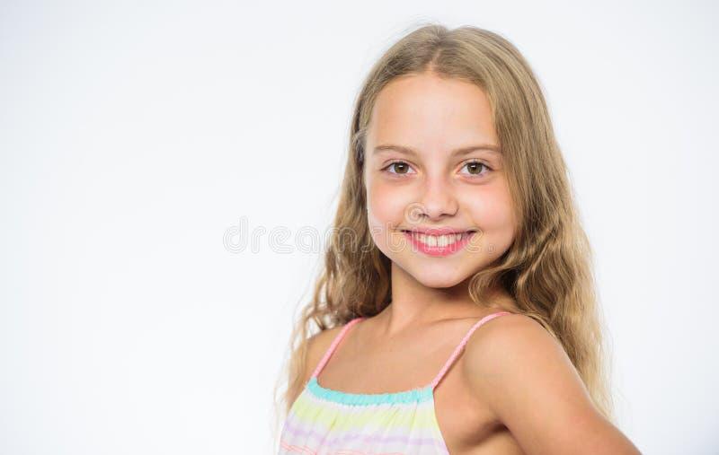 Wie man für childs Haar interessiert Gesichts-Weißhintergrund des langen Haares des Mädchens lächelnder Natürliche Schönheit Ihr  stockbild