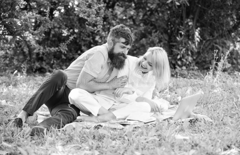 Wie man freiberuflich t?tiges und Familienleben balanciert Paarjugend wendet die Freizeit auf, die drau?en mit Laptop arbeitet Ve stockfoto