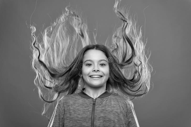 Wie man gelocktes Haar behandelt Nette und saubere Frisur Einfache Spitzen, die Frisur f?r Kinder machen Kleines Kinderlanges Haa lizenzfreie stockfotos
