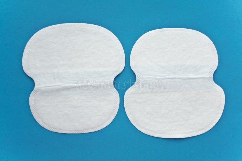 Wie man Kleidung vor Schweissstelle schützt Sicherer Schutz vor Schweiß auf Stoff stockbild