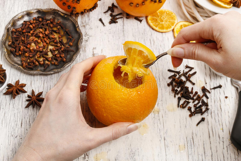 Wie man orange Pomanderball mit Kerze - Tutorium macht lizenzfreies stockbild