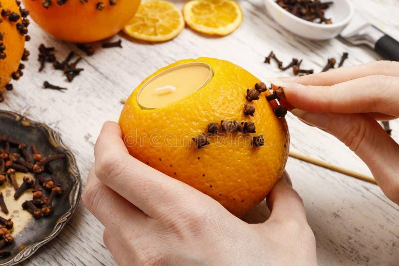 Wie man orange Pomanderball mit Kerze - Tutorium macht stockfoto