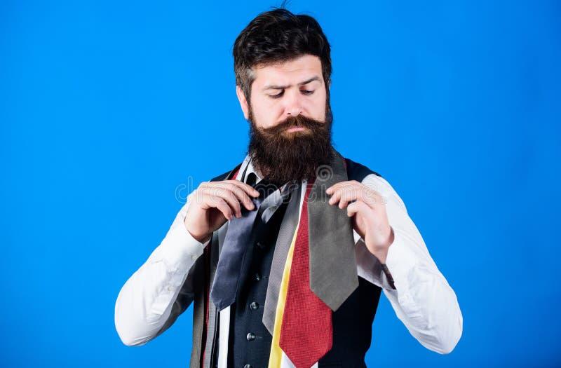 Wie man rechte Bindung w?hlt Klassische Art Wie man Krawatte mit Hemd und Anzug zusammenbringt B?rtiger Hippie-Griff des Mannes w stockbilder