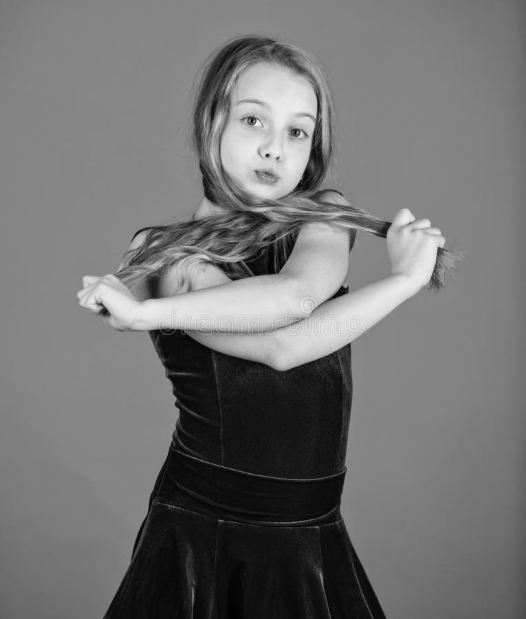 Wie man saubere Frisur f?r Kind macht Sachen, die Sie ben?tigen, kennen in Standardtanzfrisur aus Lateinische Tanzfrisuren des Ba stockfotografie