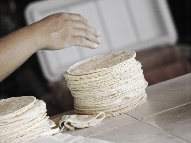 Wie man Tortillas macht stockbilder