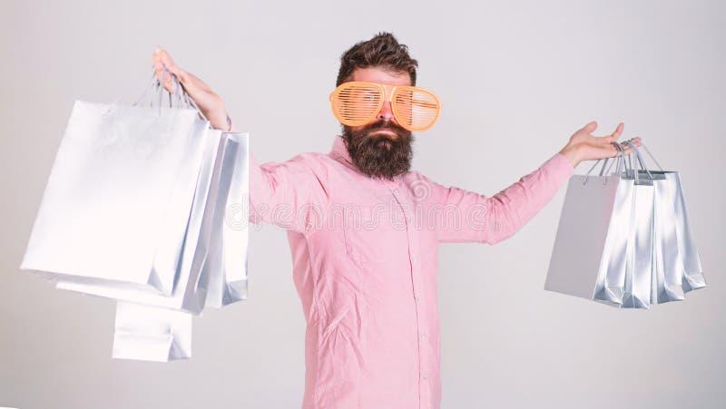 Wie man zu Ihren folgenden Ferien fertig wird B?rtiger Hippie des Mannes mit Loseinkaufstaschen Einkauf an schwarzem Freitag gl?c lizenzfreies stockbild
