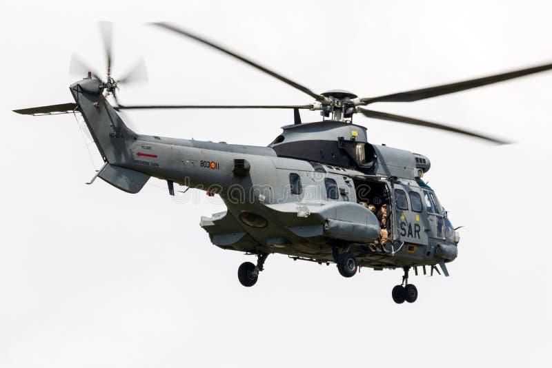 Wie Militärkampfsuche mit 532 Pumas und Rettungshubschrauber stockbilder