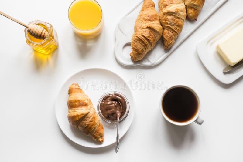 ?wie?o piec fili?anka kawy na bielu i croissants Przestrze? dla teksta french ?niadanie obrazy royalty free